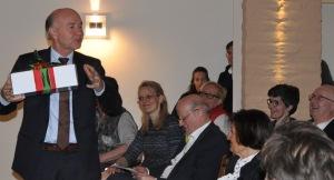 Bürgermeister Hermann Heuser nimmt symbolisch ein Weihnachtspaket entgegen.